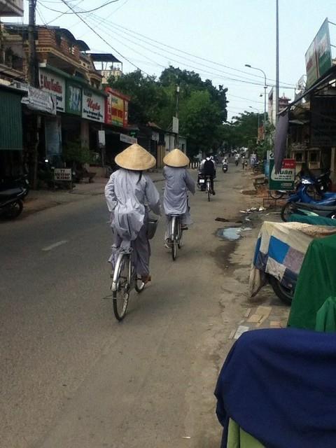 越南尼姑骑单车