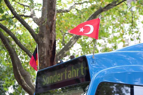 Deutsch-Türkisches Miteinander: Beflaggung der Çay- und Brezn-Tram