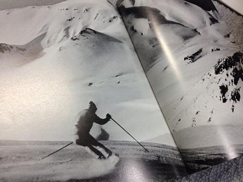 永山岳を背景に旭岳を滑る(「北の山脈」1975 No. 20より)