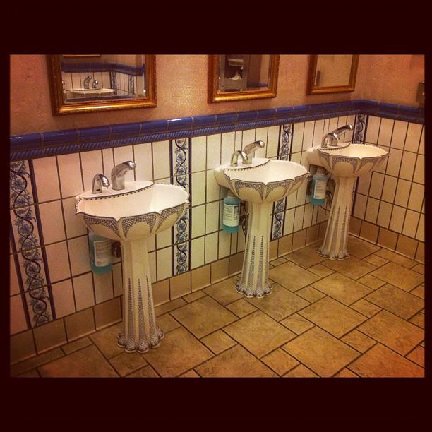 Раковины в туалете отеля Paris, Лас-Вегас.