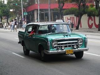Taxi osobowe w zabytkowym samochodzie