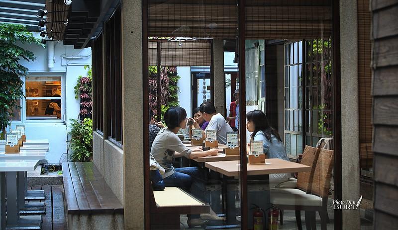 青田七六陽光室裏聊天的客人們