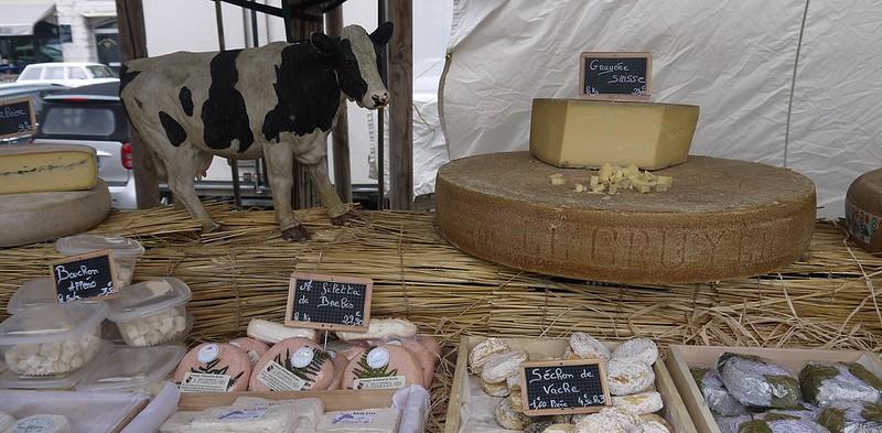 04 奶酪摊,最大块的是Gruyère干酪,前排各种母羊、山羊、牛奶酪