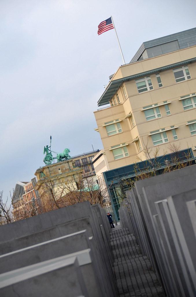 Embajada americana en Berlín junto a la puerta de Brandenburgo y el monumento al holocausto