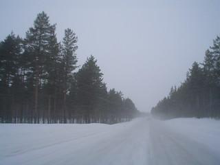 Estrada no norte da Europa durante o Inverno