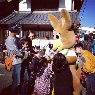 蕨宿場祭り。ちびっ子に大人気のワラビー君。