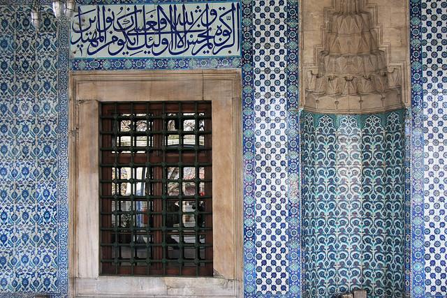 Blue and green Iznik tiles of Rustem Pasha Mosque, Istanbul, Turkey イスタンブール、リュステム・パシャ・モスク外装タイル
