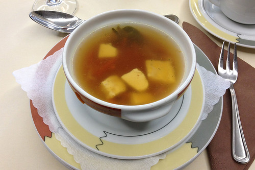Hühner-Nudelsuppe mit Eierstich / Chicken noodle soup with egg drop