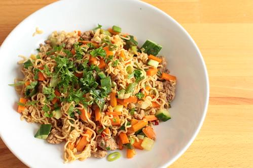 Asia-Nudeln mit Gemüse und Fleisch