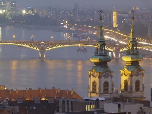 Foto nocturna de Budapest tomada desde el Bastión de los pescadores