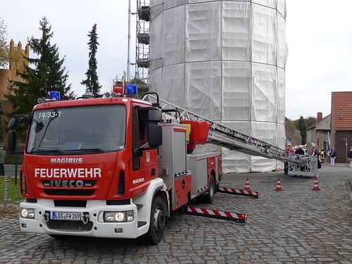 Leiterwagen der Feuerwehr vor dem Pulverturm