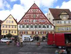 Marktplatz mit Kielmeyerhaus. Der Markt ist zu Ende. Aufräumen.