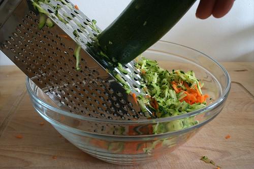 14 - Zucchini raspeln / Grate zucchini