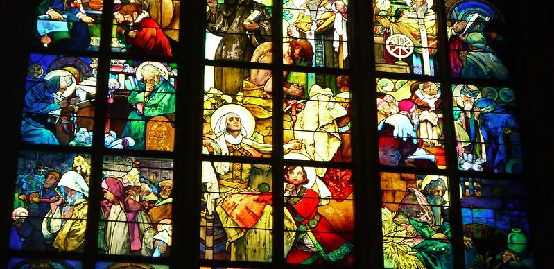 10 布格拉城堡里圣维塔大教堂里的花窗