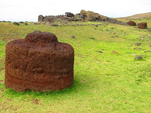 Pukao y plataforma con moais tumbados en Ahu Tahira