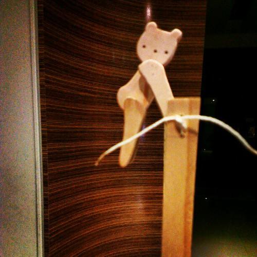 熊熊吊單槓。
