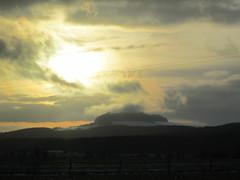regards croisés sur une butte témoin, le Mont d'Anon, enveloppé de brume et de nuages...