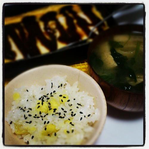 サツマイモご飯、豆腐ステーキの味噌がけ、ホウレン草の味噌汁