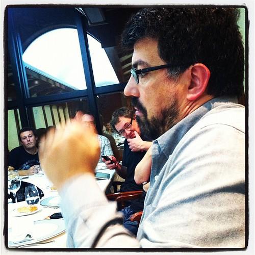 Brutal i captivador @genisroca al primer #marimuntanya de la #llopasfera a @elhogargallego Mireu les cares d'atenció! #igerscalella #calellaesmes #calella #gastrovictim