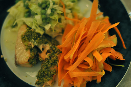 Laks, spidskål, ærter og gulerødder