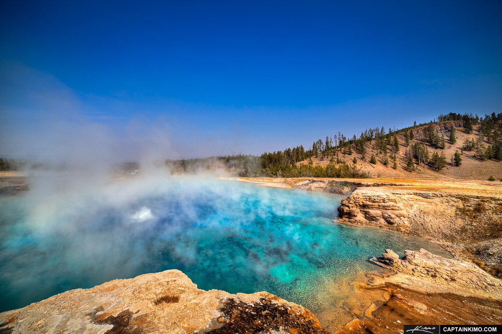Excelsior-Geyser-at-Midway-Basin-in-Yellowstoen-National-Park
