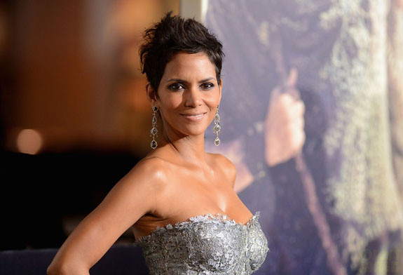 halle-berry-cloud-atlas-premiere-with-olivier-martinez-04