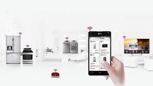 스마트 기기와 스마트 홈 서비스로 공유, 제어, 연결하는 이미지