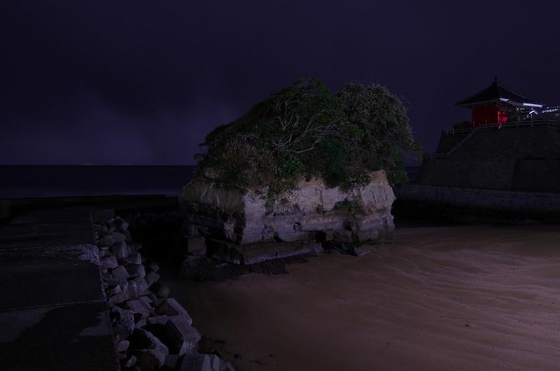 岩船地蔵尊隣の浸食され残った小島