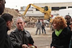 紐約市長麥克彭博(左二)於2012年11月,在紐約布鹿克林視察超級颶風珊迪所造成的損害。(攝影:Edward Reed)