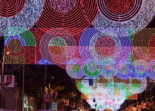 Рождественские огни были размещены на улице Серрано, которая является местом расположения самых престижных торговых центров в испанской столице