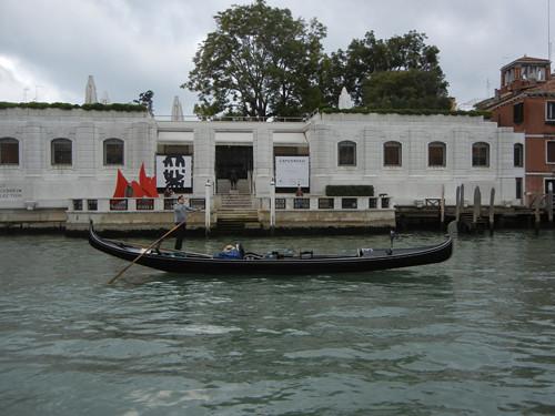 DSCN2288 _ Gondola in front of Collezione Peggy Guggenheim, Venezia, 14 October