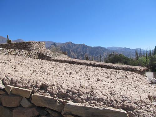 Tilcara: toit en bois de cactus recouvert de boue