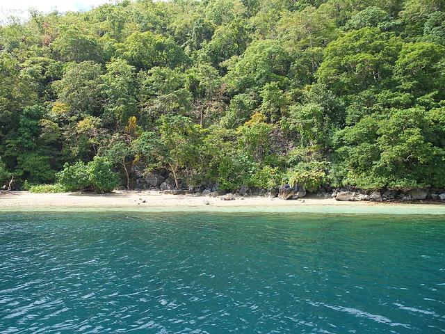 來到一處海灘看起來不怎樣的地方, 正當我滿臉疑問時, 看到海底下的龐然大物, 我才知道原來這裡是East Tangat gunboat!!
