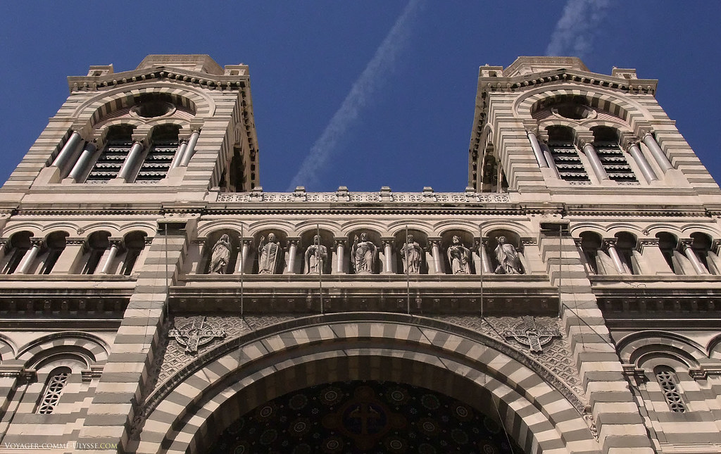 Les 7 statues de la façade, incluses dans le porche. On y retrouve, de gauche à droite : Marie Madeleine, Lazare, Pierre, Jésus, Paul, Maximin et Marthe.