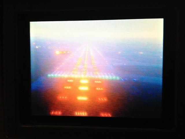 Caméra avant de l'avion sur le médiocre écran personnel du siège