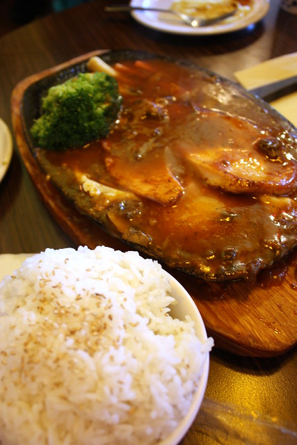 Chicken and gravy on sizzling plate