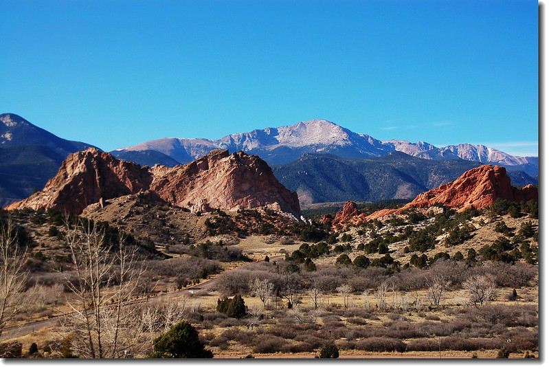 Garden of the Gods view from visitor center( 遠處山頭為 Pikes Peak,海拔.4300 m)
