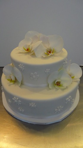Simple elegant White Fondant Wedding Cake by CAKE Amsterdam - Cakes by ZOBOT