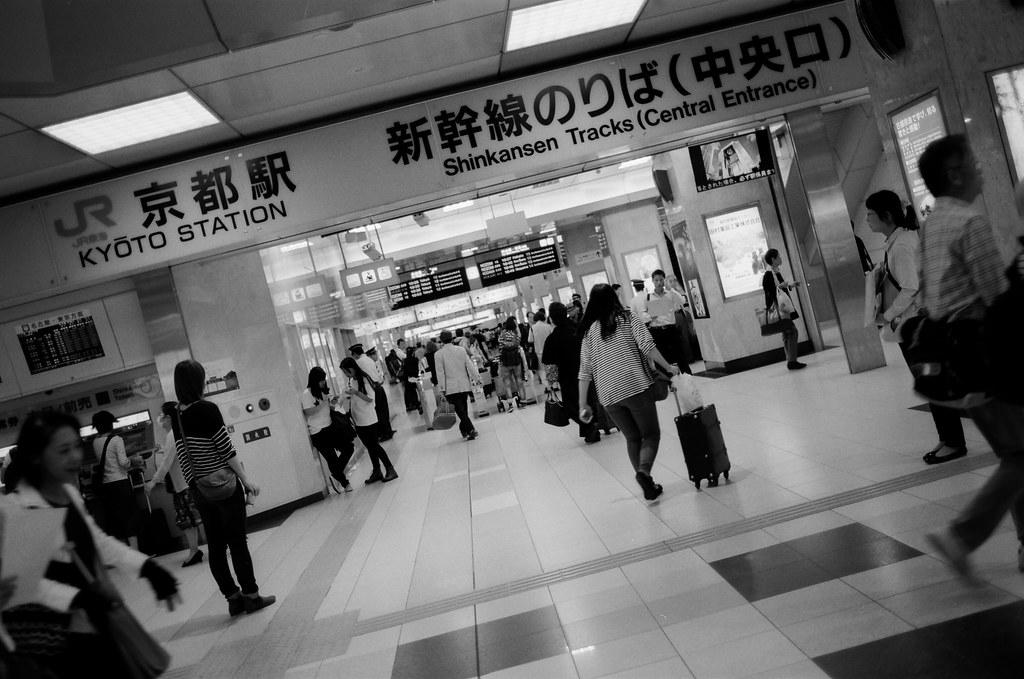 京都 Kyoto, Japan / Kodak TMAX / Nikon FM2 結束九天在京都的旅行,前往東京。  那時候東京是一個我一直很難回去的地方,實在有太多回憶容易碰觸到我無法控制的情緒。  但還是得回去,最後讓自己在每個回憶一一告別。  Nikon FM2 Nikon AI AF Nikkor 35mm F/2D Kodak 100 TMAX Professional ISO 100 1273-0036 2015/09/30 Photo by Toomore