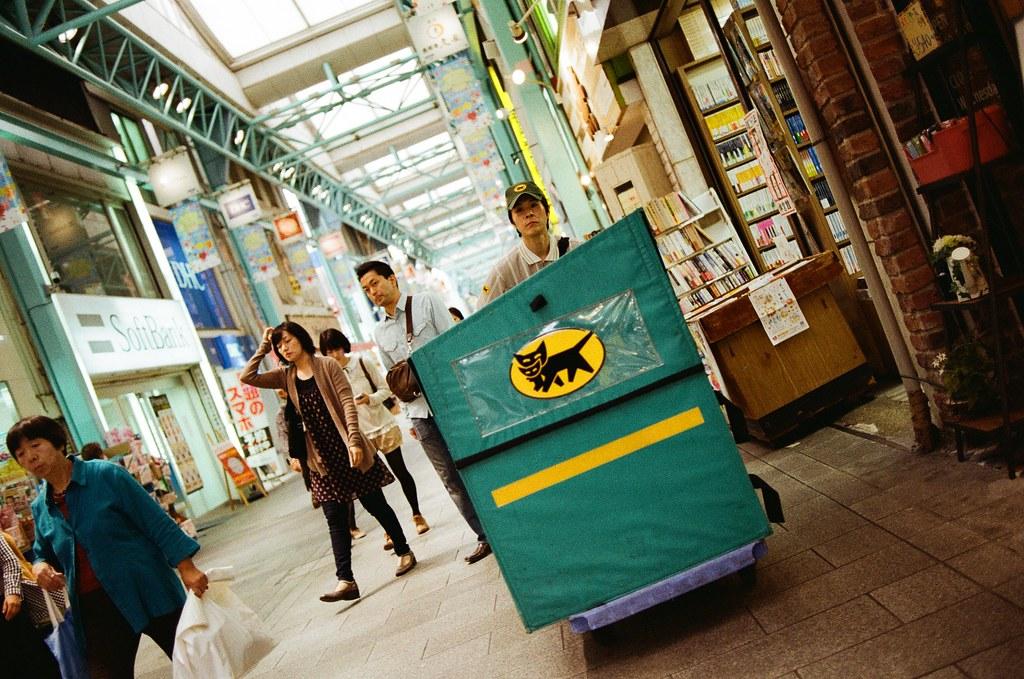 吉祥寺 Tokyo, Japan / Kodak ColorPlus / Nikon FM2 在日本常常看到黑貓宅配推著小車走來走去,台灣好像還好,沒有很有印象哪裡會看到這樣的場景。  Nikon FM2 Nikon AI AF Nikkor 35mm F/2D Kodak ColorPlus ISO200 0995-0001 2015/10/01 Photo by Toomore