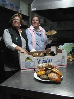 En el avío de la cocina de La Posada del Moro, Julia y Lucía, que llevan la batuta del establecimiento, se disponen a orquestar una sinfonía de suculentas setas serranas.