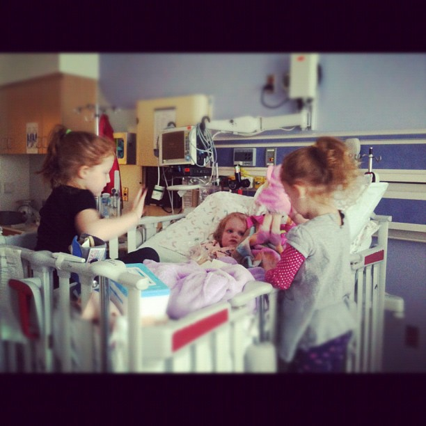 #gingerfight #prayersforreesey yayy!!! #aidkaid and #sawyergrace visiting #reesey in neuro today #sisterlylove