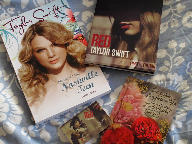 new book about Taylor & Zinepak limited edition version of her RED album