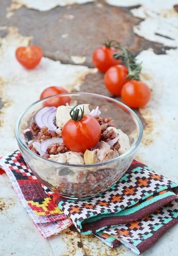 салат из красного риса с печенью трески.9