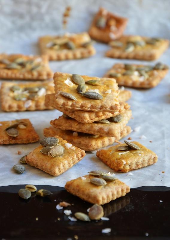 Crackers di farro con semi di zucca