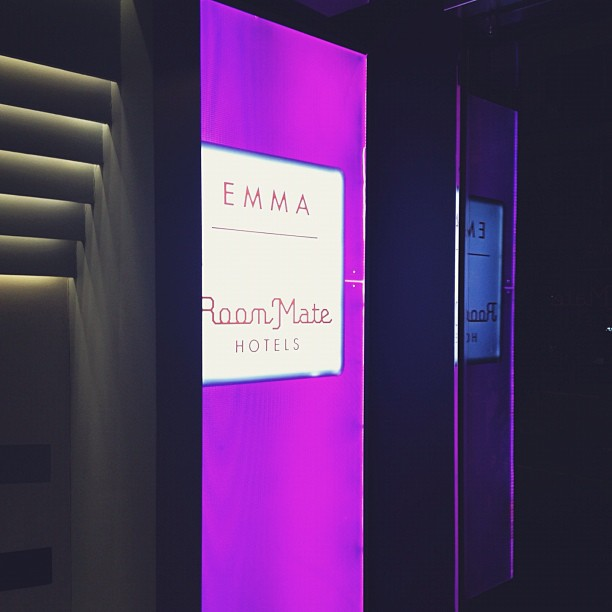 Tuntuu sopivalta yöpyä siskon mukaan nimetyssä hotellissa!! #hotelroommateemma #emma #pink #purple #barcelona