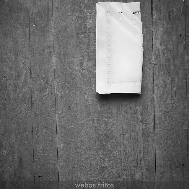 Cómo presentar los cubiertos con una servilleta - Paso 7
