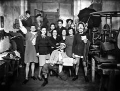 Crèdit foto: Matarranz, Antonio. Col. Matarranz / Institut Estudis Fotogràfics Catalunya: Treballadors d'un taller disfressats per celebrar l'arribada de l'any nou.