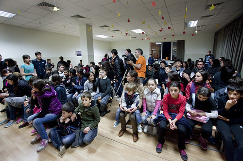 Pubblico per lo spettacolo finale dei workshop a Tserovani Georgia