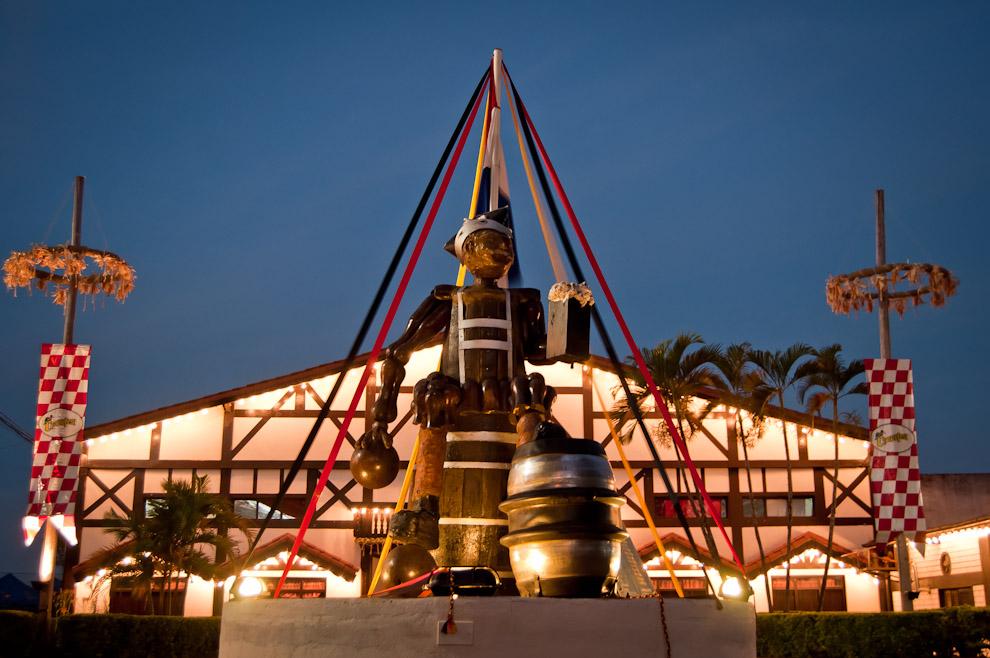 Una escultura de madera y metal está levantada frente a la sede social del Club Alemán de Colonia Obligado, con la que se alega las características particulares del club: deportes tradicionales como el Bowling y juegos de casino. (Elton Núñez)